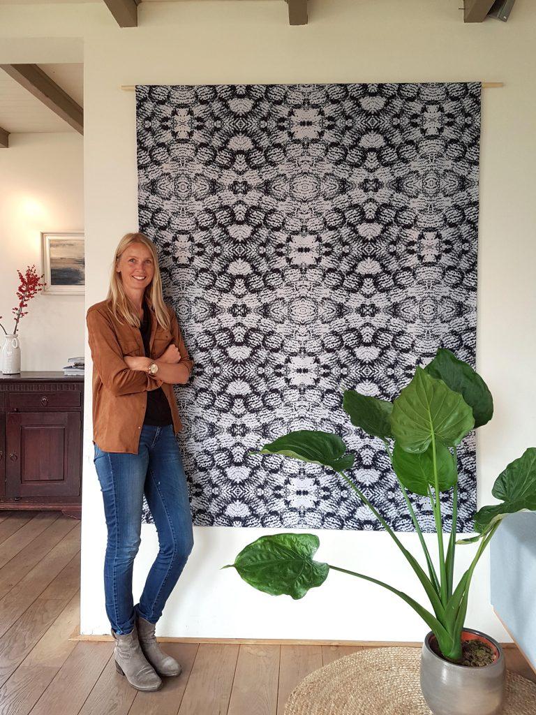 Afbeelding van Inge Fleur bij haar wandkleed